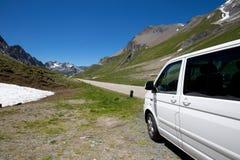 在瑞士山的一辆野营的搬运车 免版税图库摄影