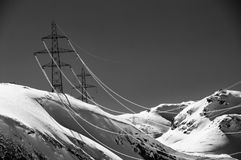 在瑞士山的Powercables 库存图片