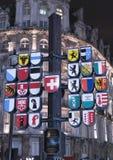 在瑞士时钟莱斯特广场伦敦的旗子 图库摄影