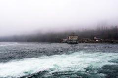 在瑞士边的莱茵瀑布 有雾的横向 免版税库存图片