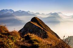 在瑞士阿尔卑斯的全景 作为剪影的夫妇在前景 免版税库存图片