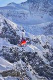 在瑞士阿尔卑斯的红色直升机着陆在少女峰山附近 库存照片