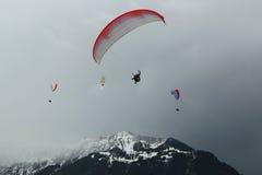 在瑞士阿尔卑斯的纵排滑翔伞飞行 免版税库存图片
