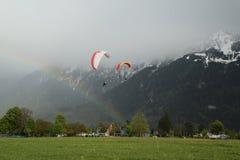 在瑞士阿尔卑斯的纵排滑翔伞飞行 免版税图库摄影