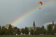 在瑞士阿尔卑斯的纵排滑翔伞飞行 免版税库存照片