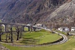 在瑞士阿尔卑斯的Brusio螺旋高架桥 免版税库存照片