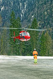 在瑞士直升机场的红色直升机着陆在alps2 库存图片