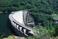 在瑞士verzasca附近的水坝洛枷诺 免版税库存照片