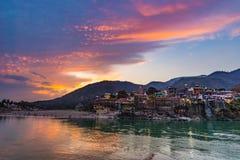 在瑞诗凯诗、圣洁镇和旅行目的地的黄昏时间在印度 五颜六色的反射在恒河的天空和云彩 免版税库存照片