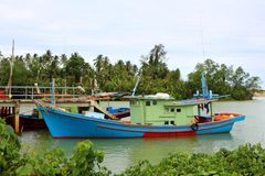 在瓜拉登嘉楼的一个木渔船 免版税库存照片