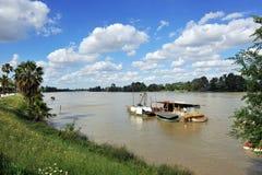 在瓜达尔基维尔河河,它穿过真皮del里约,塞维利亚省,安大路西亚,西班牙的小船 免版税库存图片