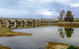 在瓜迪亚纳河的古老罗马桥梁,在梅里达,西班牙 图库摄影