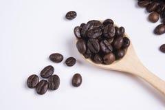 在瓢的咖啡豆在白色背景 免版税库存照片