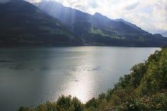 在瓦伦湖的可看见的光束在瑞士的阿尔卑斯 免版税图库摄影