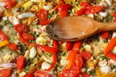 在瓦伦西亚语肉菜饭的匙子在西班牙餐馆 库存图片