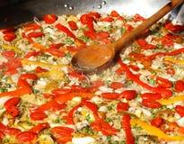在瓦伦西亚语肉菜饭的匙子在西班牙餐馆 免版税库存图片
