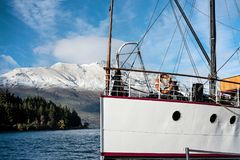 在瓦卡蒂普湖停泊的蒸汽船的弓在昆斯敦在新西兰 库存图片