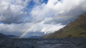 在瓦卡蒂普湖的彩虹在昆斯敦,新西兰 免版税库存图片