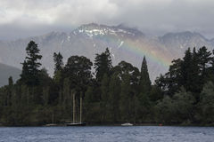 在瓦卡蒂普湖的彩虹在昆斯敦,新西兰 免版税库存照片