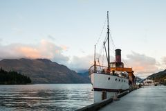 在瓦卡蒂普湖,昆斯敦,新西兰的葡萄酒船 库存图片