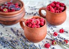 在瓦器的莓构成有干淡紫色土气背景 免版税图库摄影