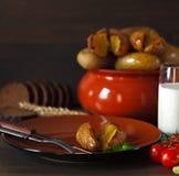 在瓦器的被烘烤的土豆在桌上 库存图片