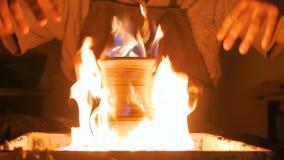 在瓦器轮子的燃烧的陶瓷瓶子 股票录像