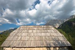 在瓦尔博纳谷,阿尔巴尼亚的老屋顶木瓦 库存图片