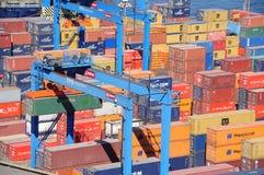 在瓦尔帕莱索港的容器  免版税库存照片