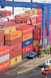 在瓦尔帕莱索港的容器  库存图片