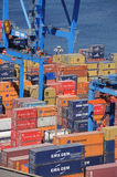 在瓦尔帕莱索港的容器  免版税库存图片