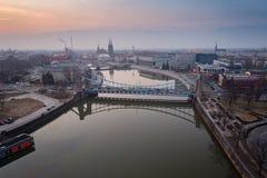在瓦尔德桥梁的空中寄生虫视图在Odre河在弗罗茨瓦夫 库存照片