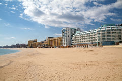 在瓦尔纳,保加利亚附近的避暑胜地金黄沙子 免版税图库摄影