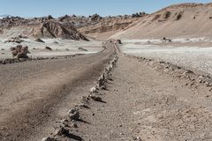 在瓦尔de la月/月球月亮谷的路在圣佩德罗火山de阿塔卡马,安托法加斯塔-智利附近的阿塔卡马沙漠 免版税库存图片