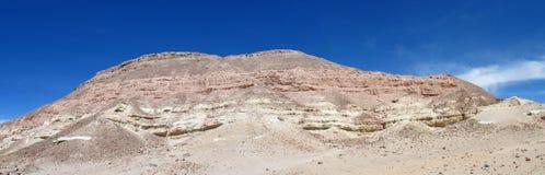 在瓦尔de la月/月球,月亮谷的山在圣佩德罗火山de阿塔卡马沙漠 免版税库存照片