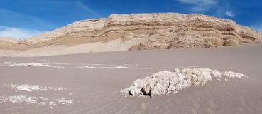 在瓦尔de la月/月球,月亮谷的沙子在圣佩德罗火山de阿塔卡马沙漠 库存图片