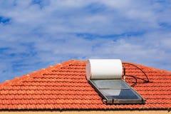 在瓦屋顶的太阳能加热系统 库存照片