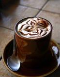 在瓦片柜台的热奶咖啡 免版税库存照片