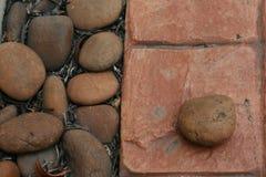 在瓦片的小卵石 免版税图库摄影