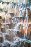 在瓦片的流动的水 库存图片