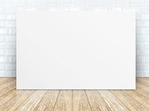 在瓦片陶瓷墙壁和木地板的海报框架 库存照片