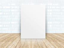 在瓦片陶瓷墙壁和木地板的海报框架 免版税图库摄影