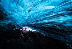 在瓦特纳冰原冰川的蓝色冰洞 免版税库存照片