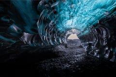 在瓦特纳冰原冰川的蓝色冰洞 图库摄影