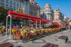 在瓦茨拉夫广场的街道咖啡馆 免版税库存图片
