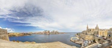 在瓦莱塔市的全景视图有它历史的都市风景的和海和圣Pauls大教堂 免版税库存图片