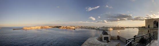 在瓦莱塔市的历史建筑的HDR视图,马耳他首都,有一座老红色和白色灯塔的 库存照片