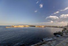在瓦莱塔市的历史建筑的HDR视图,马耳他首都,有一座老红色和白色灯塔的 图库摄影