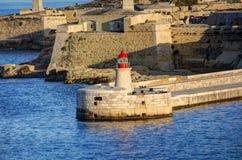 在瓦莱塔市的历史建筑的HDR视图,马耳他首都,有一座老红色和白色灯塔的 免版税库存照片