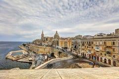 在瓦莱塔市的看法有它历史的都市风景的和海和圣Pauls大教堂 库存照片